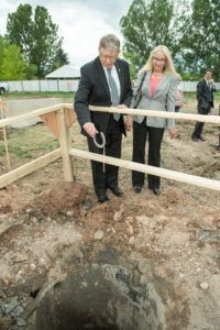 color photo of Wayne McIlwraith and wife Nancy Goodman at groundbreaking event